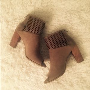 Shoes - BRAND NEW REPORT BOOTIES
